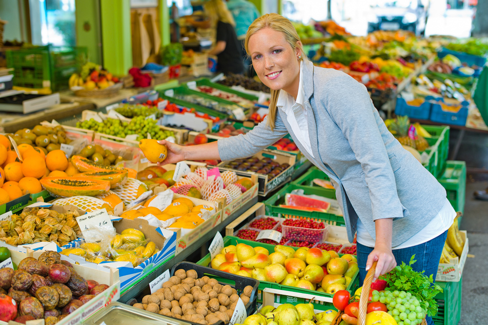 woman shopping for fruits after nutritional counseling